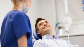 Une armée de microrobots pour nettoyer la plaque dentaire